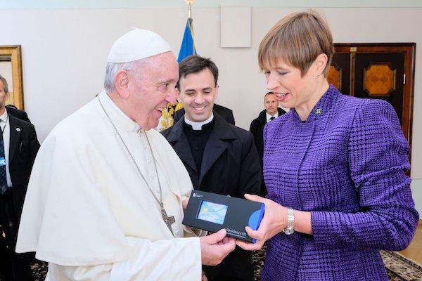 Papa, Estonya e-ikameti alıyor